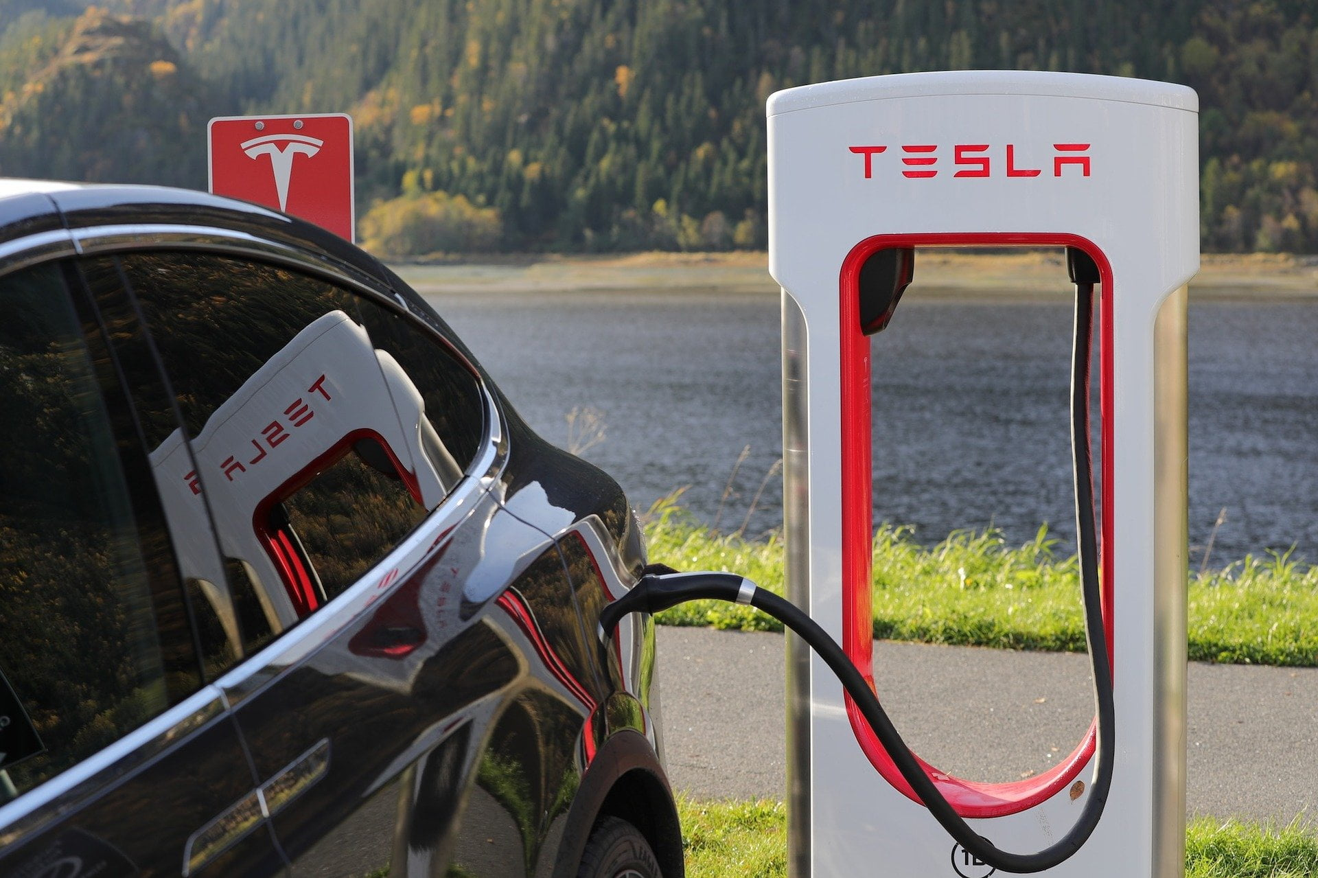 Tesla an Ladesäule
